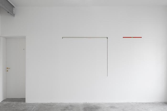 Vista parziale della mostra Thus-Far di Gabriel Sierra da Peep-Hole