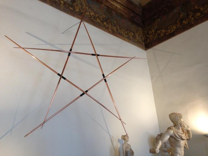 Stella di giavellotti, 2009, cinque giavellotti di acciaio ramato, cm 280 x 280 x 30