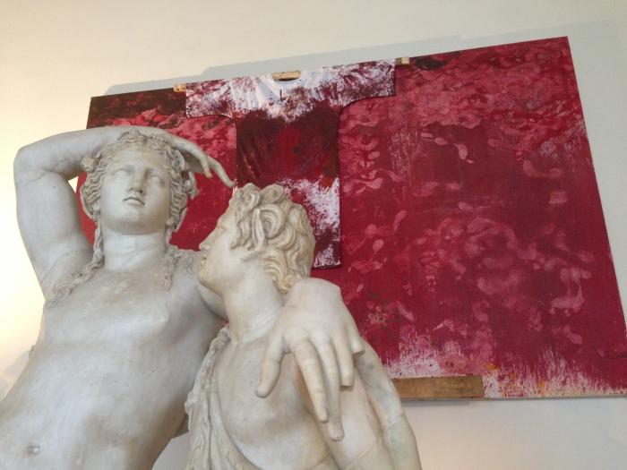 Opera di Hermann Nitsch alle spalle di Dioniso e Satiro