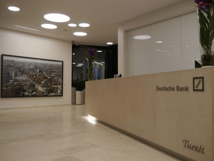 Entrata della sede Deutsche Bank di via Turati