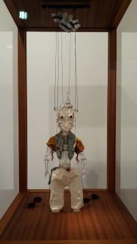W. Shawsky, Cabaret Crusades. The secrets of Karbola-Marionette 2014 Murano glass, fabric, threat, enamel, vetrine 50x10x15 cm