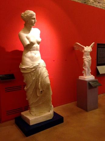 Riproduzioni di La Venere di Milo; Nike di Samotracia (foto Giorgia Restaneo)