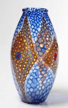 Ercole Barovier Artisti Barovier, Murano, 1924 ca. Grande vaso ovoidale decorato con mosaico a murrine azzurre e trasparenti con decoro di losanghe di murrine disposte a fasce concentriche multicolori. Bocca ad anello applicata. Firma a murrina AB. Diametro cm 20, altezza cm 40. Lotto n.10. Stimato: 90.000 – 120.000 €. Venduto a 200.000 €
