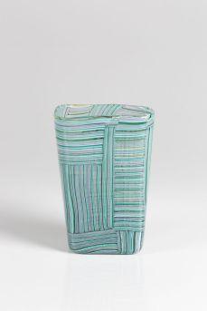Paolo Venini, Venini, Murano, 1954 ca. Vaso troncopiramidale in vetro soffiato formato da tessere costituite da sottile canne policrome. Firma all'acido. cm 11x8, altezza cm 16,5. Lotto n.135. Stima: 20.000 – 25.000 €. Venduto a 52.500 €